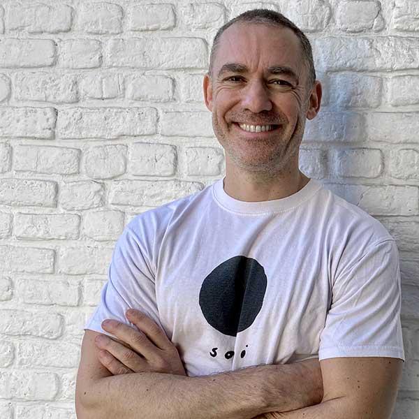 Cenk a revêtu un t-shirt de Soqi Studio