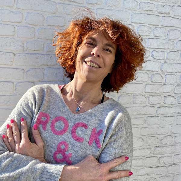 Marie-Hélène détendue prend le soleil appuyé sur le mur de Studio Soqi