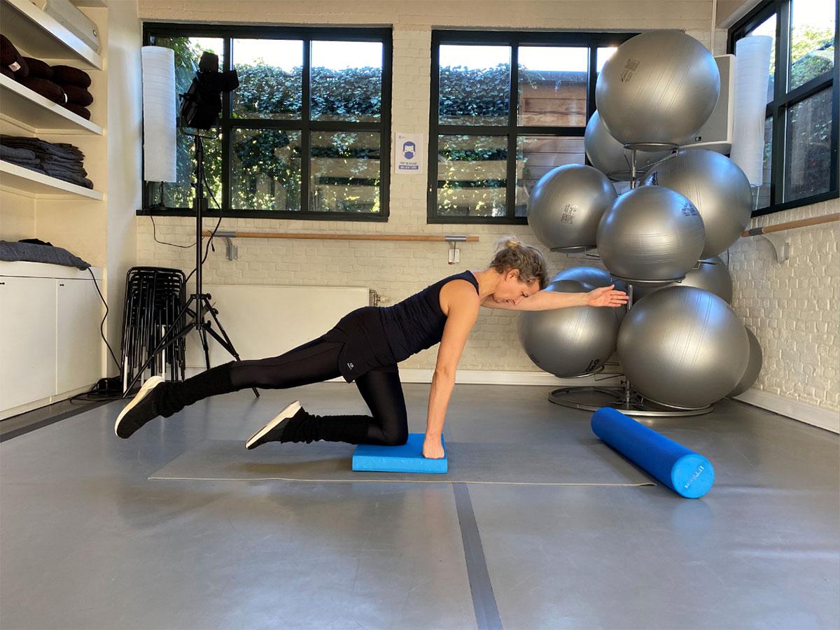 Sophie en tenue de sport dans effectue un exercice de Spécial Dos Posture